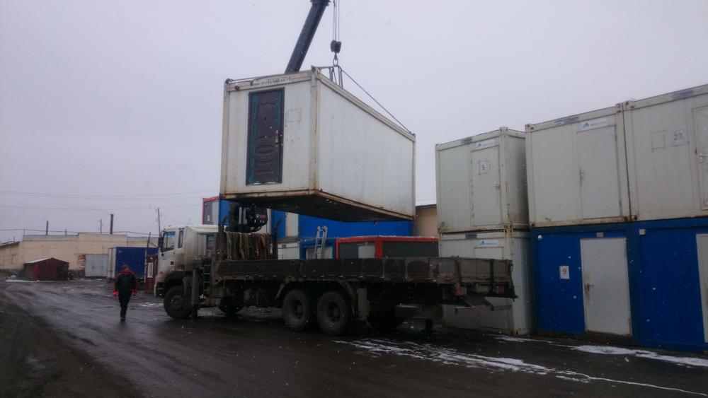 погрузка блок контейнера на манипулятор